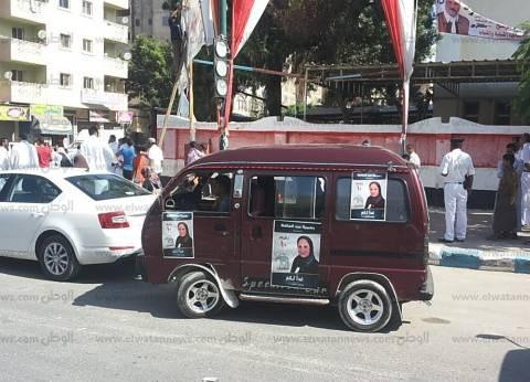 سيارات المرشحين تجوب شوارع السيدة زينب بالملصقات الدعائية