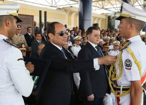 الرئيس يشهد تخريج دفعة جديدة من كلية الشرطة.. ويعد ابنة شهيد بحضور زفافها