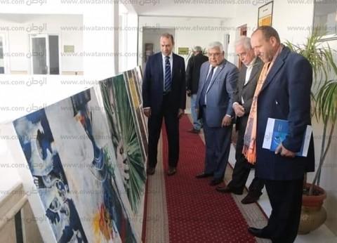 الفنان التشكيلي محمد حميدة يهدي محافظ جنوب سيناء مجموعة لوحات فنية