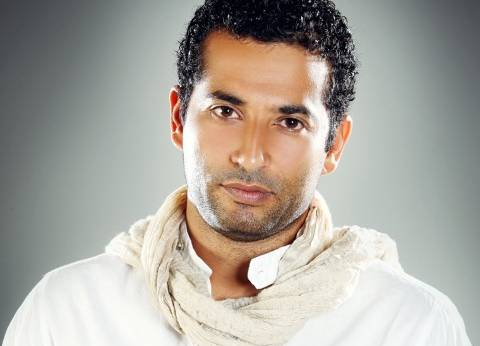 عمرو سعد: أساعد زوجتي في المطبخ.. وأمي ناقدة فنية رغم بساطتها