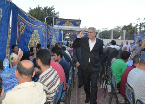 محافظ المنيا والمشايخ والقساوسة يشاركون البسطاء في إفطار جماعي