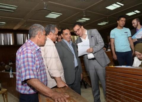 بالصور| نائب رئيس جامعة أسيوط يتقفد امتحانات كلية الآداب