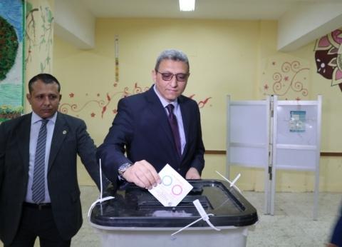 """أمين عام """"النواب"""" يدلي بصوته في الاستفتاء: كنا على قدر المسؤولية"""