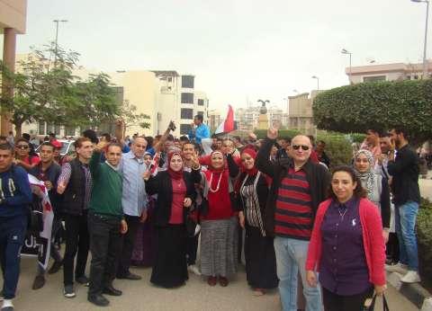 مسيرة من موظفي وطلاب جامعة المنصورة لحث المواطنين على التصويت