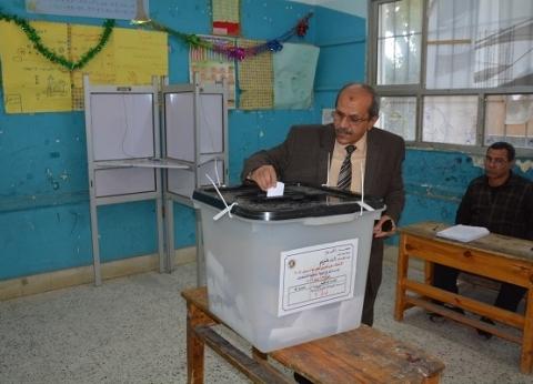 القائم بأعمال رئيس جامعة الفيوم يدلي بصوته في الاستفتاء
