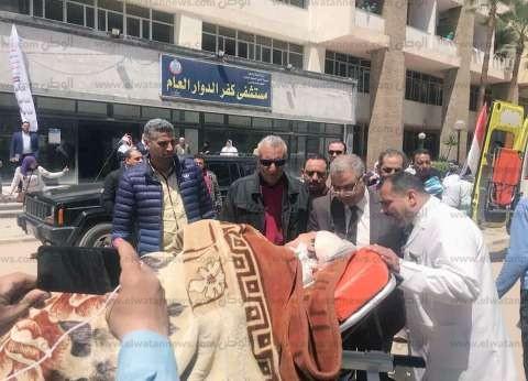 سيارات إسعاف تقل مرضى مستشفى كفر الدوار للإدلاء بأصواتهم في الاستفتاء