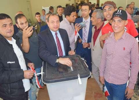 رئيس جامعة بني سويف يصوّت في الاستفتاء: مصر ماضية نحو التنمية