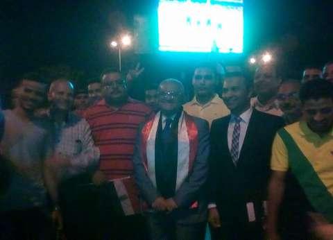 رئيس جامعة المنيا يشجع المنتخب الوطني مع الطلاب متشحا بعلم مصر