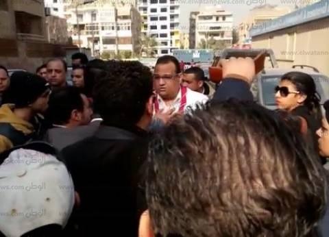عاجل| بالصور| تجمهر العشرات أمام كنيسة العذراء بسبب منعهم من دخول قداس الشهداء
