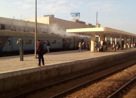 """السيطرة على حريق نشب في عربة قطار """"القاهرة - الإسكندرية"""" بمحطة بنها"""