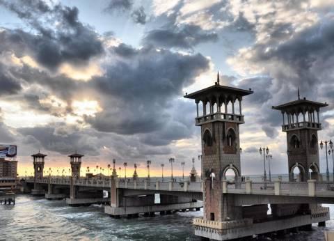 """""""الإنقاذ النهري"""" ينقذ شابا حاول الانتحار أعلى كوبري ستانلي بالإسكندرية"""