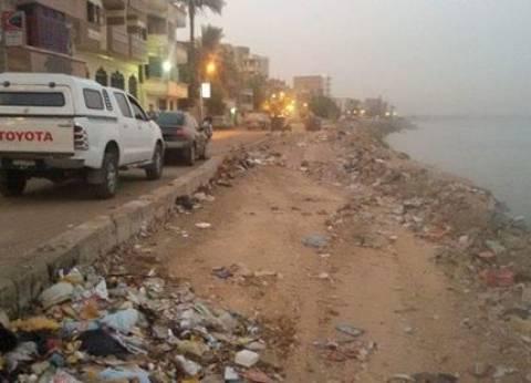 رفع تراكمات القمامة من شارع نهر النيل بمدينة أخميم في سوهاج