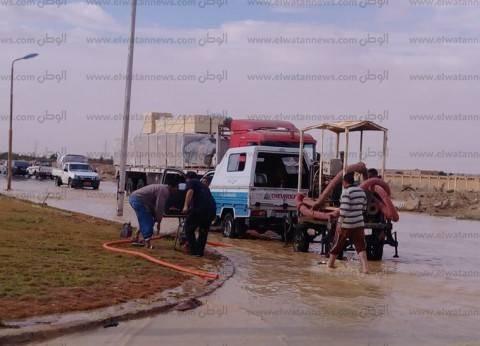 بالصور| سحب تراكمات مياه الأمطار على الطريق بمنطقة عيون موسي
