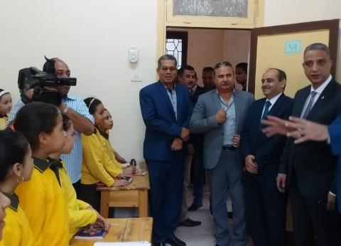 بالصور| محافظ سوهاج يتفقد عددا من المدارس.. ويطالب بتنظيف الفصول جيدا