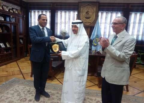 رئيس جامعة دمنهور يكرم الشاعر الكويتي عبدالعزيز البابطين