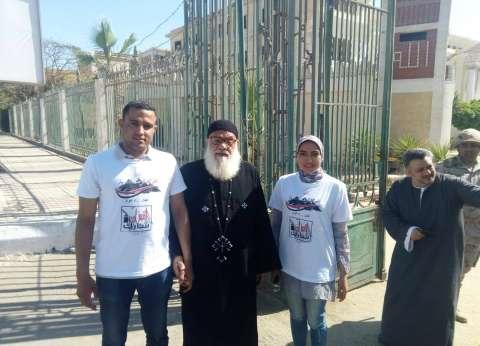 """شباب """"الحركة الوطنية"""" بالمنيا يساعدون كبار السن أمام لجان الاستفتاء"""