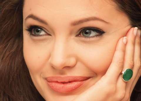 """أنجلينا جولي تتعافى من إصابتها بشلل """"العصب السابع"""""""