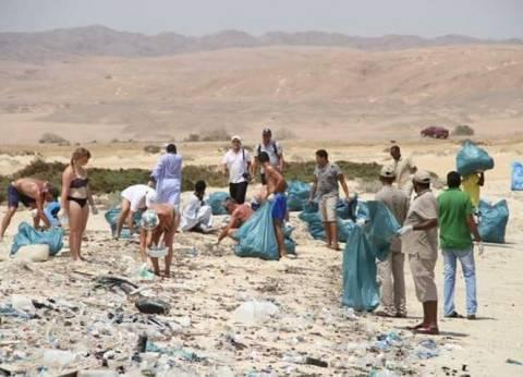 سائحون يرفعون ٨ أطنان مخلفات من شواطئ وادى الجمال