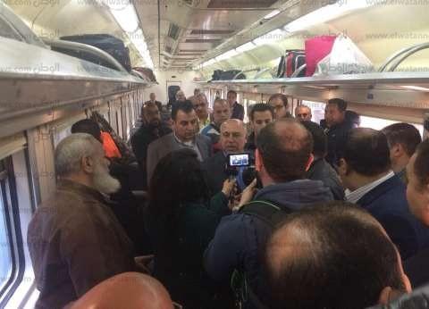 """كامل الوزير يستقل قطار """"القاهرة - المنصورة"""" لمتابعة الخدمة بالعربات"""