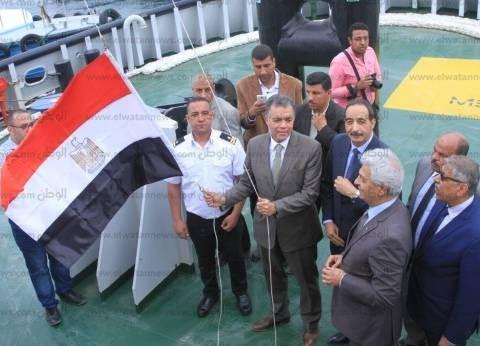 وزير النقل يرفع العلم المصري على أحدث قاطرتين بميناء الإسكندرية