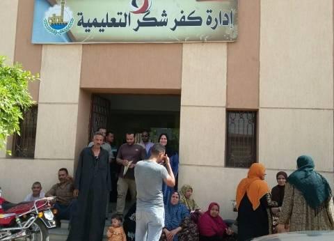 عمال مدارس كفرشكر يفترشون أرصفة الإدارة التعليمية للمطالبة بصرف رواتبهم