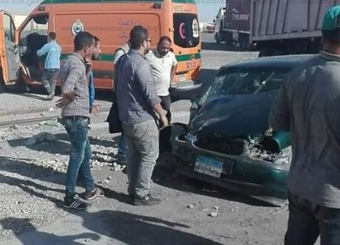 بالصور| إصابة 4 أشخاص في اصطدام قطار للبضائع مع سيارتين بالسويس