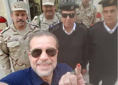 """شريف منير يدلي بصوته في الانتخابات الرئاسية.. ويردد: """"تحيا مصر"""""""