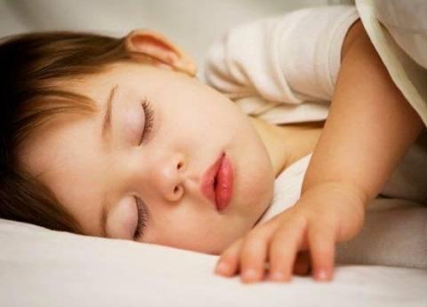 """أكاديمية طب الأطفال: نوم الطفل في غرفة الوالدين يحد من """"الموت المفاجئ"""""""