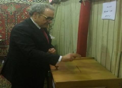 رئيس اتحاد كتاب مصر يدلي بصوته في انتخابات التجديد النصفي