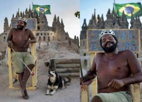 بالفيديو.. مشرد يعيش في قلعة رملية منذ 22 عاما في البرازيل