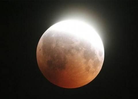 """زوار مرصد حلوان لمشاهدة ظاهرة """"القمر الأحمر"""" يؤدون صلاة الخسوف"""