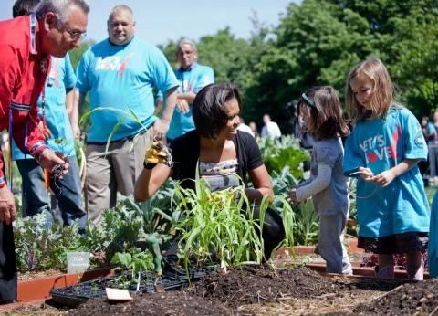 """ميلانيا ترامب تتعهد برعاية """"حديقة مطبخ"""" ميشيل أوباما"""