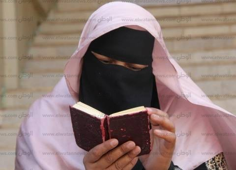 بالصور| أمهات طلاب الثانوية في كفر الشيخ.. دموع وخوف وقراءة قرآن