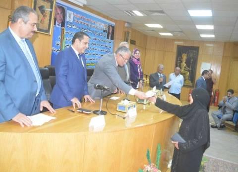 محافظ المنيا يسلم جوائز السحب الأول لشهادات أمان للمصريين