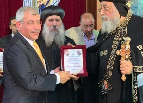 البابا تواضروس يهدي درع الكنيسة لرئيس هيئة ميناء دمياط