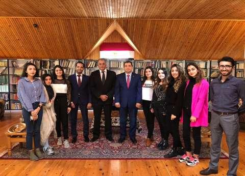 """سفير مصر بأذربيجان يلتقي مشاركين بمنتدى شباب العالم بمدينة """"باكو"""""""