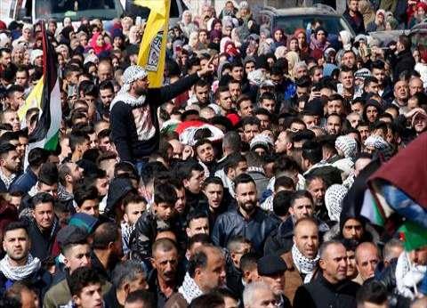 آلاف الفلسطينيين يتدفقون قرب الحدود بين غزة واسرائيل في مسيرة احتجاجية