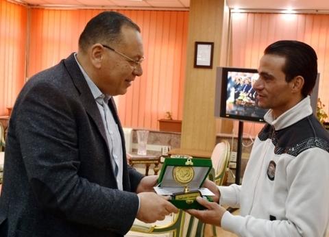 محافظ الشرقية يُكرم محمد عبدالرحمن بطل حادث محطة مصر