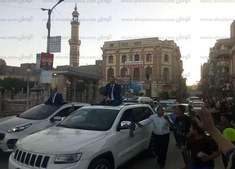 بالصور| برلماني يقود مسيرة بالسيارات لتأييد السيسي في شوارع بني سويف