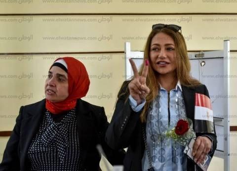 """ليلى علوي بعد الإدلاء بصوتها: """"مبسوطة لمشاركتي في الانتخابات"""""""