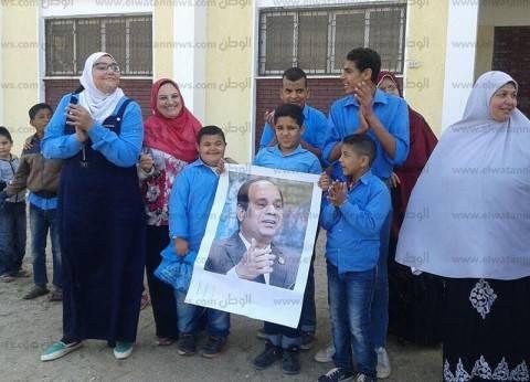 بالصور| مدرسة التربية الفكرية بطور سيناء تحتفل بفوز السيسي
