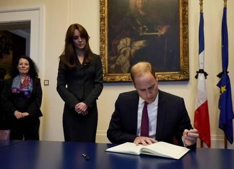 بالصور| الأمير ويليم وزوجته يزوران السفارة الفرنسية ببريطانيا لتقديم واجب العزاء