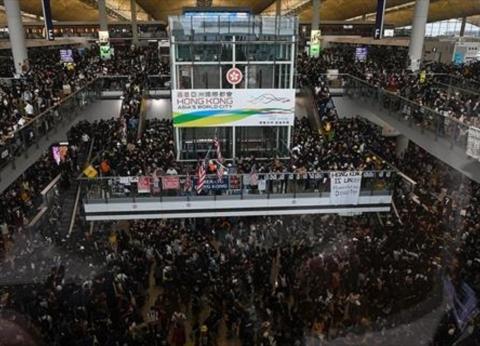 الصين تدين الأفعال شبه الإرهابية ضد مواطنيها في مطار هونغ كونغ