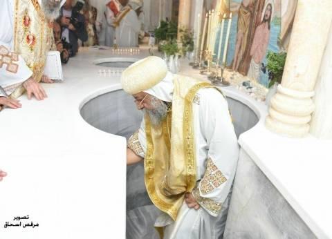 بالصور| البابا تواضروس يدشن مذابح كنيسة الملاك شيراتون