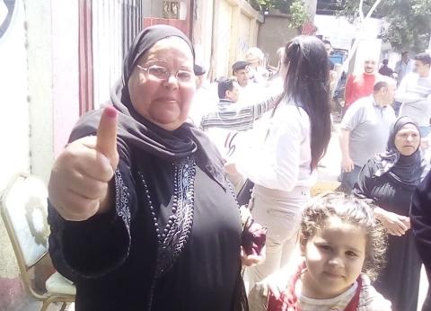 صور| سيدات الجيزة يصطحبن الأطفال في لجان الاستفتاء: عايزينها أفضل بلد