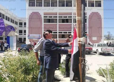 رئيس جامعة العريش يرفع العلم ويطلق إشارة بدء العام الدراسي الجديد