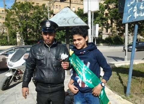 """جولات لتلاميذ الإسكندرية بـ""""الورود"""" على الأقسام احتفالا بعيد الشرطة"""