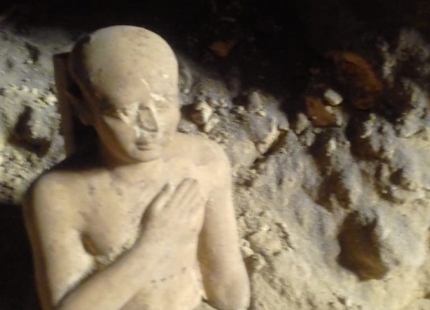 """""""الآثار"""" تعلن اكتشاف بئر دفنت به تماثيل من """"الدولة الوسطى"""" في الفيوم"""