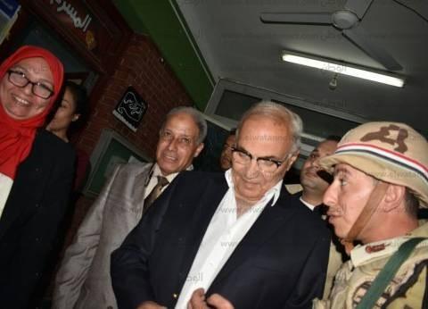 بالصور| شفيق يدلي بصوته في الانتخابات.. ويرفض التحدث مع الصحفيين