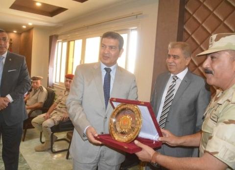 درع جامعة المنيا للقيادات العسكرية بمناسبة الذكرى الـ45 لنصر أكتوبر